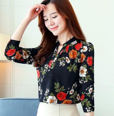 เสื้อเชิ้ตทำงาน เสื้อแฟชั่น สีดำ คอจีนจับกลีบ ลายดอกไม้สีสันสดใส แต่งกระดุมช่วงคอเสื้อ เนื้อผ้า ลื่นๆใส่สบาย