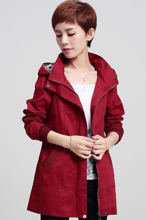 เสื้อกันหนาว พร้อมส่ง สีแดง ตัวยาวคลุมสะโพก ดีเทลกระเป๋าเก๋ แบบซิบรูดเก๋ มีฮูทแต่งลายเก๋เท่ห์สุดๆ เสื้อตัวนี้หน้าหนาวปีนี้พลาดไม่ได้เลยค่ะ