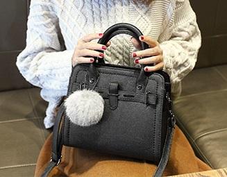 กระเป๋าถือ Blooming life (black) แถมฟรี พู่ห้อยกระเป๋า!!