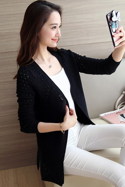 เสื้อคลุมไหมพรม เสื้อคลุมกันหนาว พร้อมส่ง สีดำ ตีเส้นลายทางเก๋ๆ ผ้าไหมพรมเนื้อนิ่มมีความยืดหยุ่นได้ดีค่ะ แต่งด้วยไหมพรมถักช่วงไหล่น่ารัก แขนยาว ใส่กับชุดทำงานหรือชุดเที่ยวก็ เก๋ๆ ค่ะตัวยาวคลุมสะโพก ผ่าด้านข้างเก๋