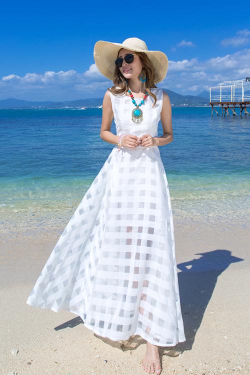 ชุดเดรสยาว MAXIDRESS พร้อมส่ง สีขาว ผ้าชีฟอง แต่งลายตารางด้วยผ้าแก้วน่ารัก ใส่ไปเที่ยวทะเล งานปาร์ตี้ชายทะเลเก๋ๆ