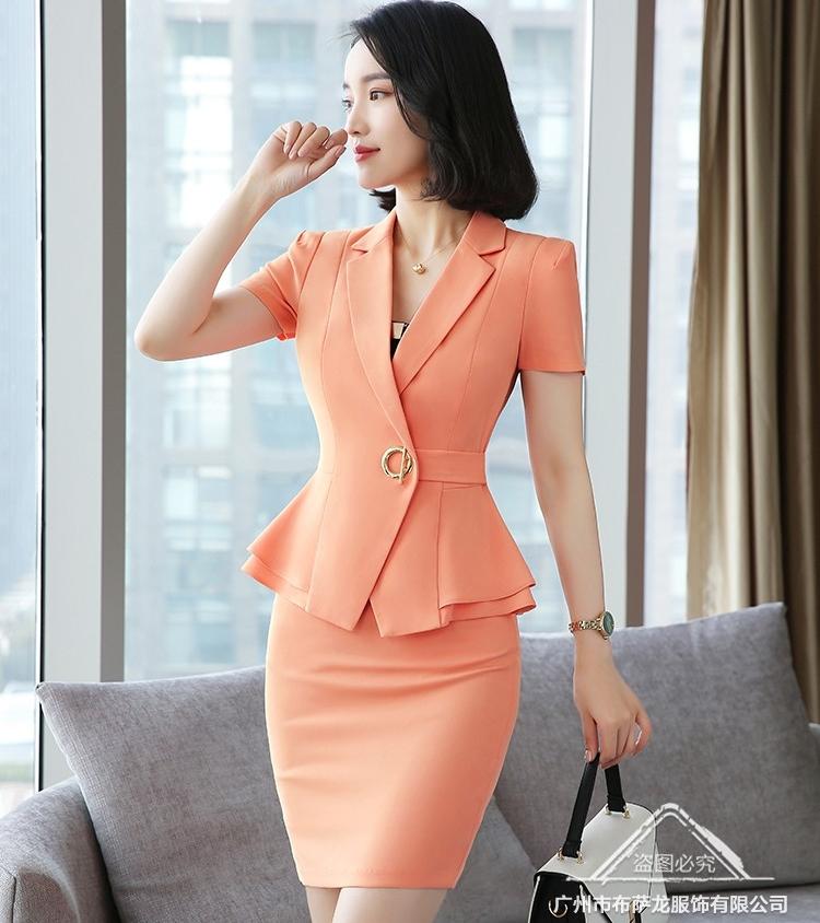 ชุดสูททำงาน เซ็ตคู่ เสื้อสูทสีส้ม คอปก แขนสั้น แต่งระบายชายเสื้อ ไม่มีกระเป๋าค่ะ เข้าชุดกับ กระโปรงทรงเอ สีส้ม