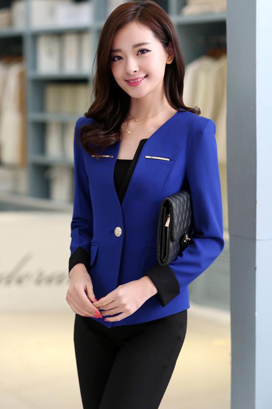 เสื้อสูทสีน้ำเงินแต่งขริบสีดำข้างเดียวเก๋ ดีเทลแขนพับสุดเท่ห์ คอวีลึกติดกระดุมเม็ดเดียว กางเกงขายาว สีดำทรงสวยค่ะ