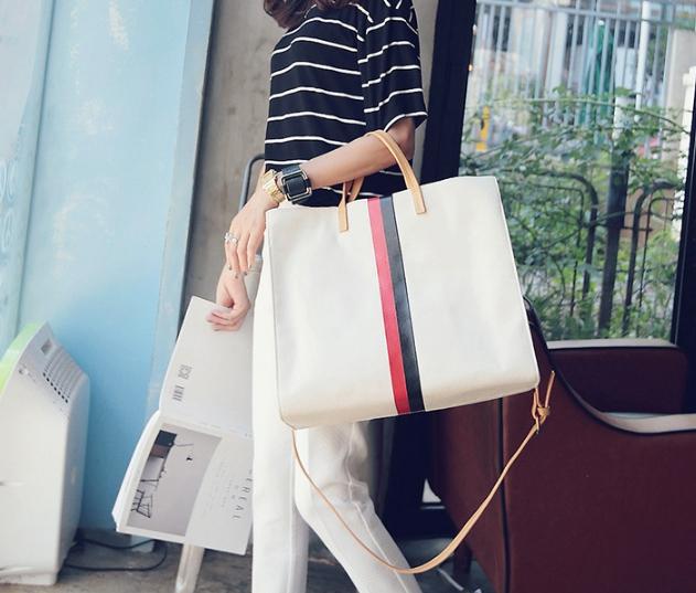 กระเป๋าสะพายข้างใบใหญ่ Beclock สีขาว