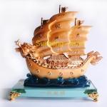 เรือสำเภาหัวมังกรทองบนฐานแก้วใส ขนาด 7 นิ้ว