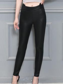 กางเกงแฟชั่น พร้อมส่ง สีดำ หนังมันเงา ดีเทลช่วงเอวสวย ใส่แล้วเก็บต้นขาเรียบเข้ารูปสวยค่ะ