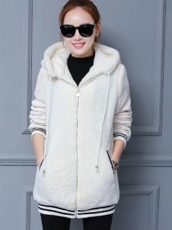 เสื้อกันหนาว พร้อมส่ง สีขาว ช่วงตัวเสื้อบุด้วยผ้าขนสัตว์ฟูๆ แบบซิบรูด มีฮูทสุดเท่ห์