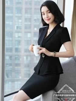 ชุดสูททำงาน เซ็ตคู่ เสื้อสูทสีดำ คอปก แขนสั้น แต่งระบายชายเสื้อ ไม่มีกระเป๋าค่ะ เข้าชุดกับ กระโปรงทรงเอ สีดำ