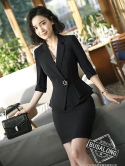 ชุดสูททำงาน เซ็ตคู่ เสื้อสูทสีดำ คอปก แขนสามส่วน แต่งระบายชายเสื้อ ไม่มีกระเป๋าค่ะ เข้าชุดกับ กระโปรงทรงเอ สีดำ