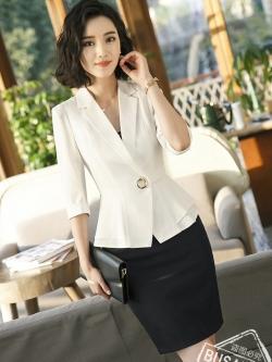 ชุดสูททำงาน เซ็ตคู่ เสื้อสูทสีขาว คอปก แขนสามส่วน แต่งระบายชายเสื้อ ไม่มีกระเป๋าค่ะ เข้าชุดกับ กระโปรงทรงเอ สีดำ