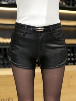 กางเกงหนัง พร้อมส่ง กางเกงหนังขาสั้น สีดำ ทำจากหนังแกะสังเคราะห์ แหวกข้างเก๋ หนังเนื้อนิ่ม งาน Premium Quality กระเป๋า 2 ข้างใช้งานได้ ออกแบบแต่งซิบด้านข้างสุดเท่ห์