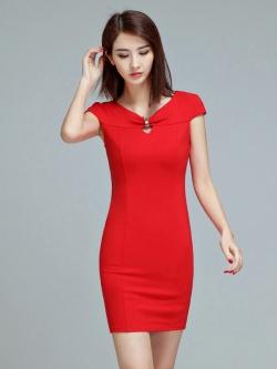 ชุดเดรสทำงาน สีแดง แต่งเว้าช่วงคอเสื้อ คอบัวน่ารัก แขนสั้น